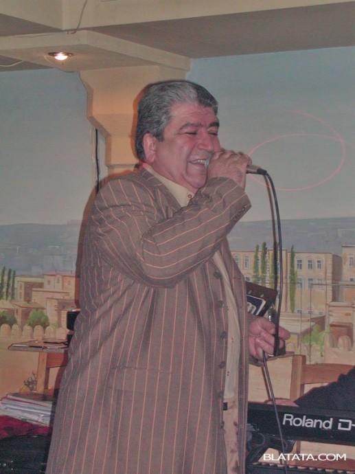 Бока Давидян с микрофоном на сцене поёт песню Доля воровская