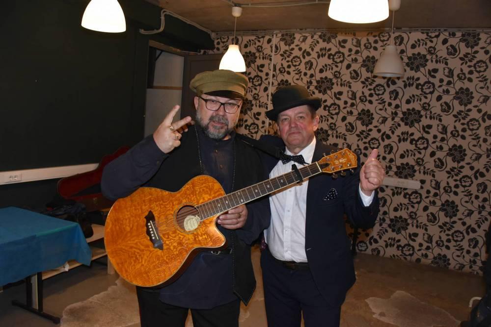 Юрий Михайличенко и Евгений Любимцев с гитарой