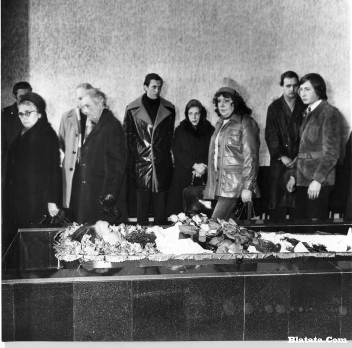 Прощание с Аркадием Северным в зале крематория в Ленинграде близкие и родственники