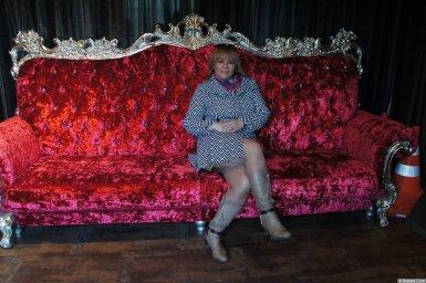 Марина Смирнова фото с XIX фестиваля памяти Аркадия Северного на диване