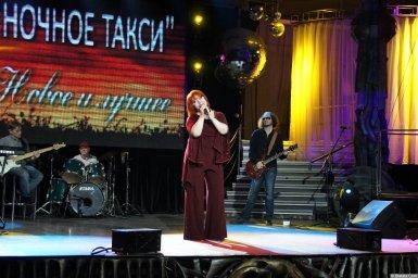 Олеся Атланова выступает на концерте 2013 года