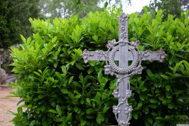 Железный крест на кладбище Сент-Женевьев-де-Буа