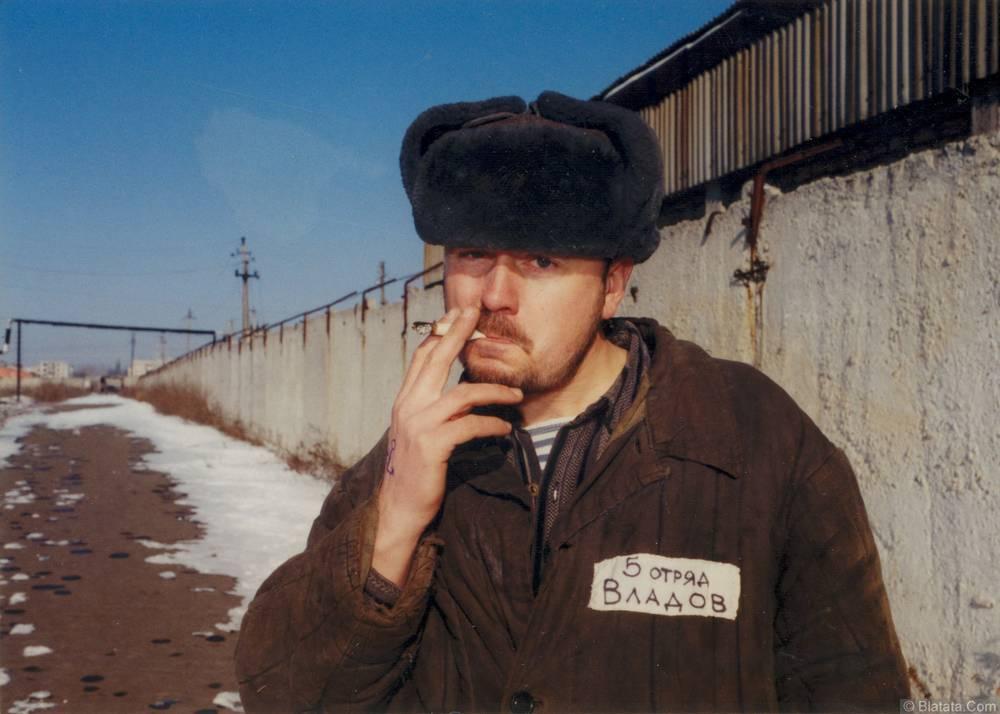 Коля Владов курит