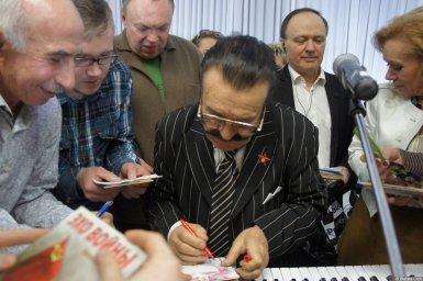 Вилли Токарев дает автограф