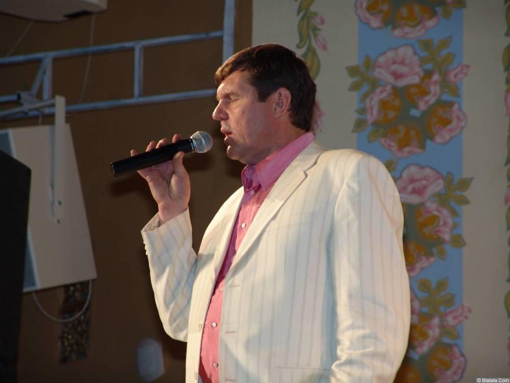 Александр Новиков с микрофоном