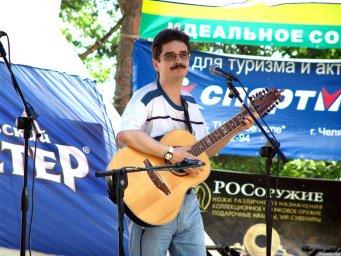 Виктор Третьяков на сцене Ильменского фестиваля с гитарой в руках