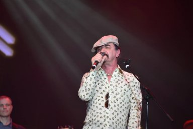 Юрий Михайличенко на сцене выступает