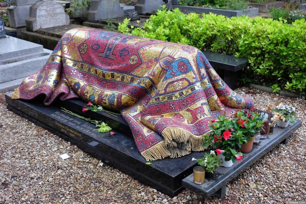 Могила Рудольфа Нуреева на кладбище Сент-Женевьев-де-Буа