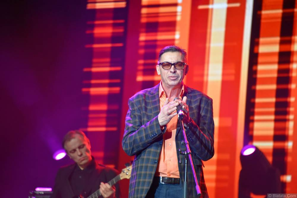 Евгений Алтайский поёт со сцены