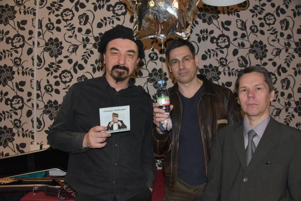 Юрий Михайличенко с группой товарищей