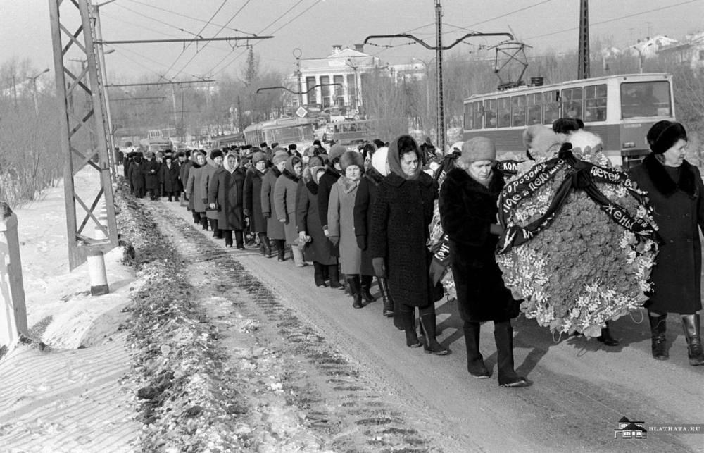 Похороны начальника в СССР. Процессия идет по улицам Румянцева, Шоссе Металлургов, Челябинск
