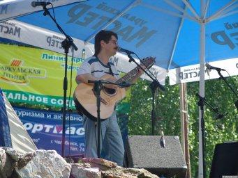 Виктор Третьяков поёт на сцене Ильменского фестиваля
