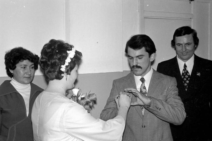 Как было в ЗАГСе в СССР. Жених надевает кольцо невесте