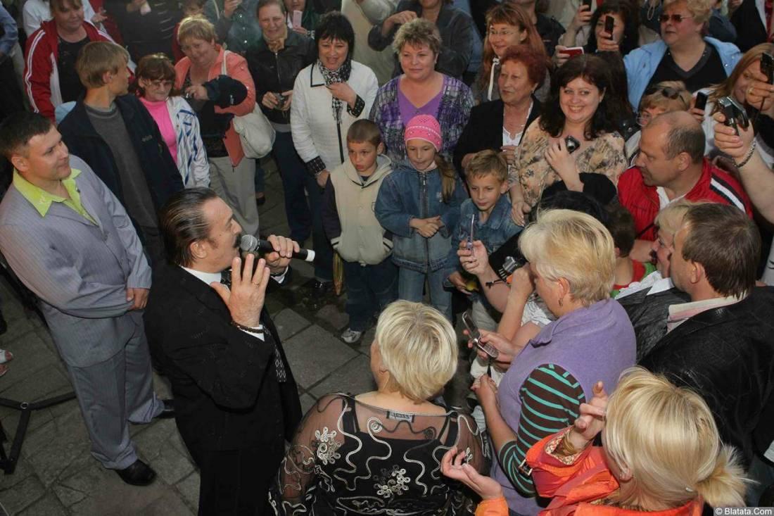 Вилли Токарев в кругу поклонников 1