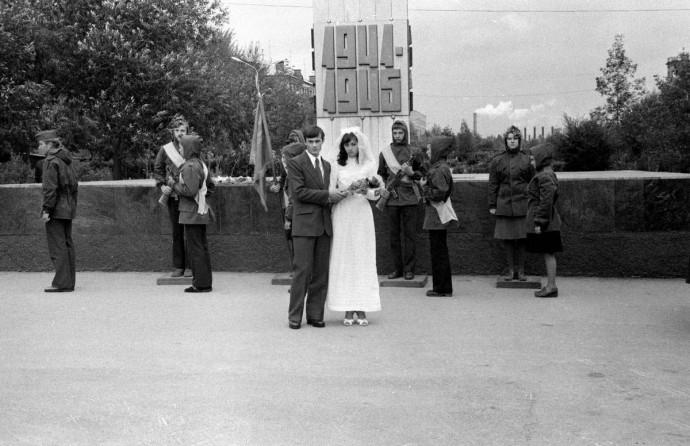 Молодожены возле стеллы 1941-1945 в Металлургическом районе Челябинска. Возложение букета цветов.