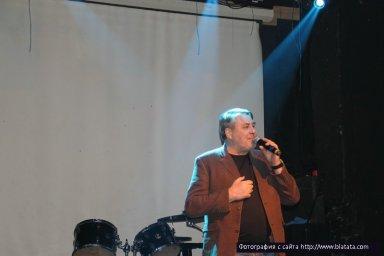 На сцене Владислав Медяник