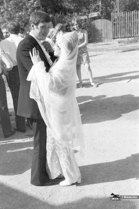 Друг жениха танцует с невестой и хитро глядит в камеру