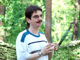 Виктор Третьяков курит на Ильменском фестивале 2006 года