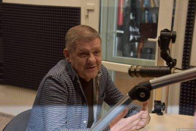 Валерий Волошин, группа Пятилетка в Калининграде у микрофоноа