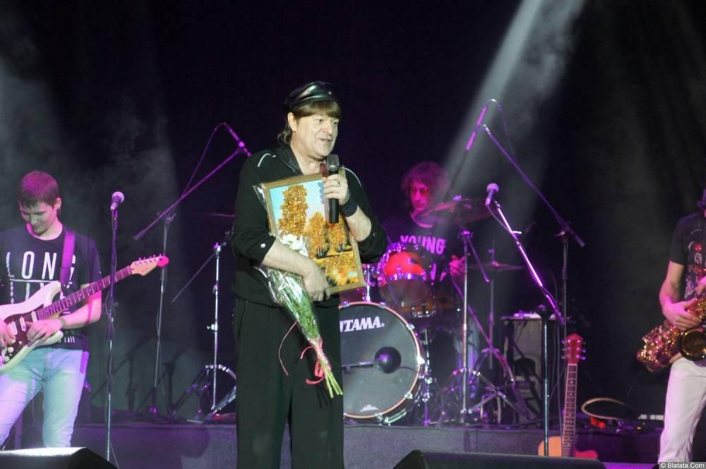 Виктор Королев на концерте 10 ноября 2015 года с картиной