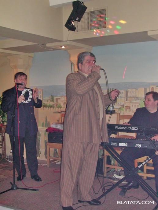 Бока Давидян с микрофоном на сцене с музыкантами