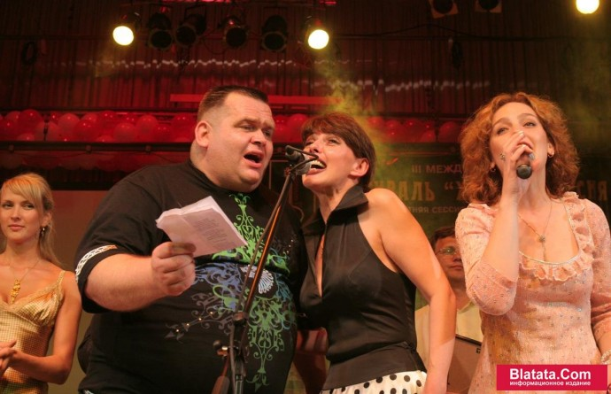 Татьяна Кабанова на сцене фестиваля шансона поёт дуэтом