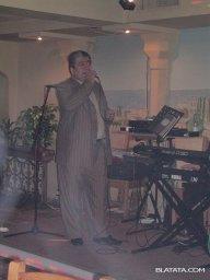 Бока Давидян с микрофоном на сцене поёт