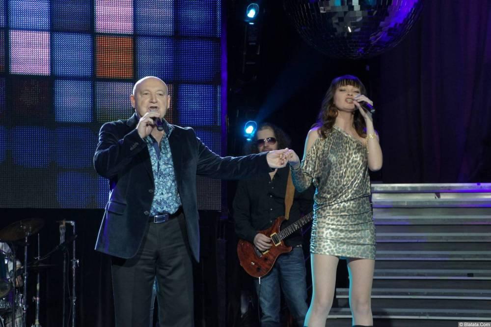Аркадий Соловейчик поёт с певицей на концерте 2013 года