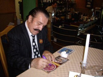 Вилли Токарев раздает автографы