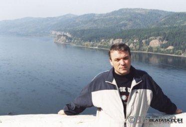 Александр Дюмин на фоне реки