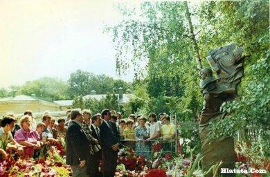 Вилли Токарев на могиле Владимира Высоцкого 3