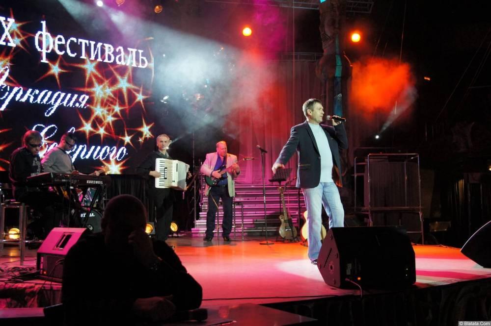 Николай Котрин на сцене XIX фестиваля памяти Аркадия Северного 6