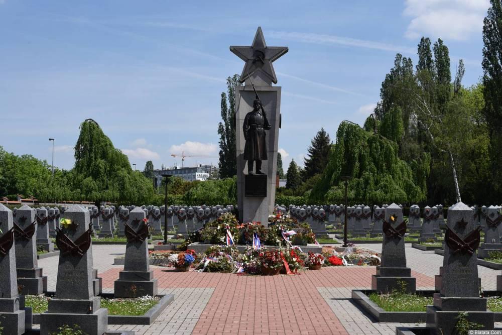 Главная аллея мемориала советским воинам