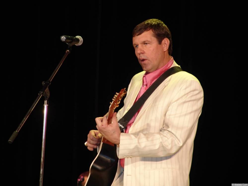 Александр Новиков поёт свою песню