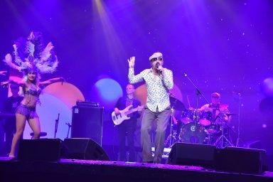 Юрий Михайличенко на сцене с новой песней