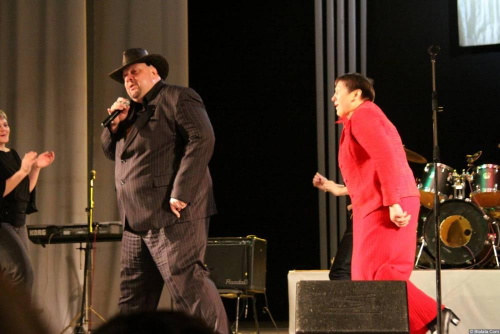 Иван Московский с поклонницей на сцене