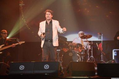 Владимир Черняков на концерте Новое и лучшее 30 ноября 2015 года поёт на сцене