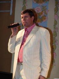Александр Новиков в белом пиджаке