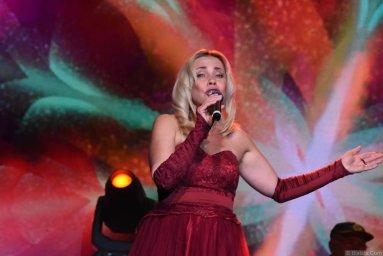 Альбина Десницкая выступает на фестивале шансона