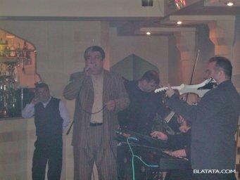 Бока Давидян с музыкантами на сцене поёт
