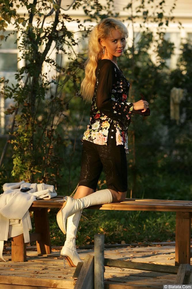 Юлия Андреева на лавочке