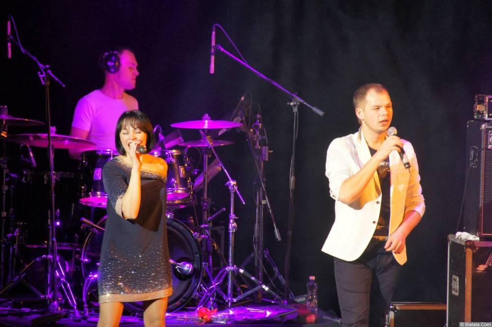 Алексей Брянцев с вокалисткой на концерте 16 декабря 2014 года