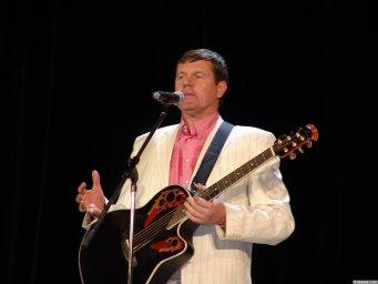 Александр Новиков поёт для южно-уральцев