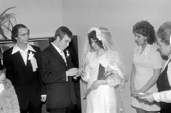Жених надевает кольцо невесте 1975 год