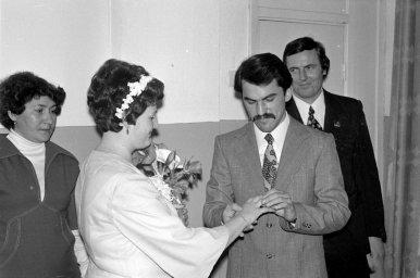 Жених надевает кольцо невесте на палец. Как было в ЗАГСе в СССР
