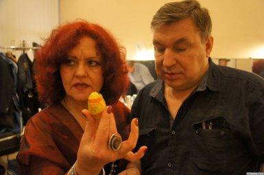 Ирина Каспер с яйцом и Михаил Шелег на XX-м фестивале памяти Аркадия Северного 12 апреля 2015 г.