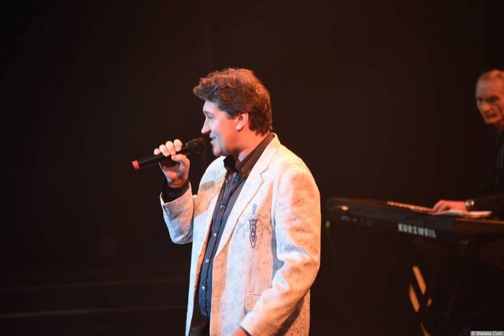 Владимир Черняков на концерте Новое и лучшее 30 ноября 2015 года поёт на сцене в Санкт-Петербурге