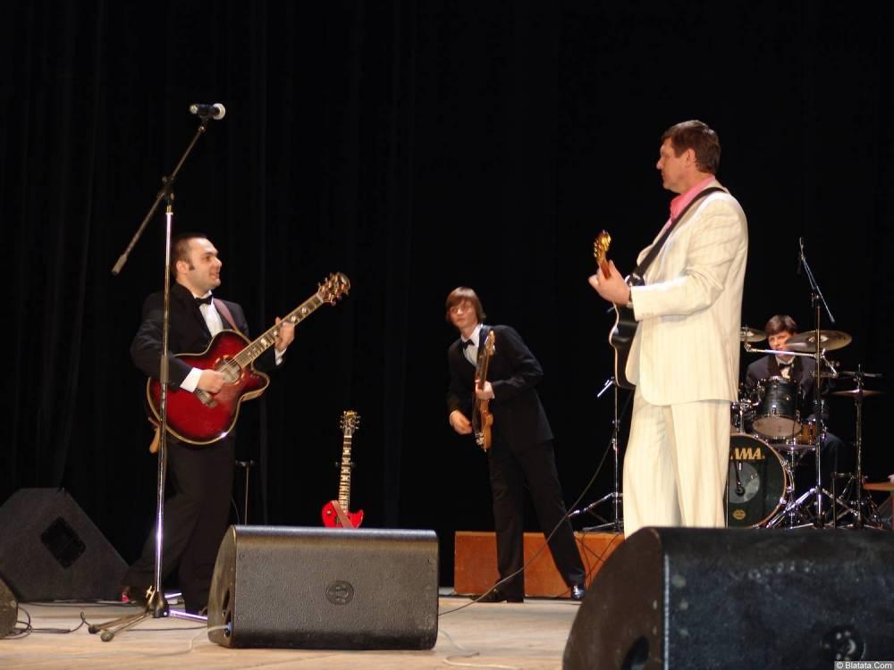 Александр Новиков с двумя гитаристами
