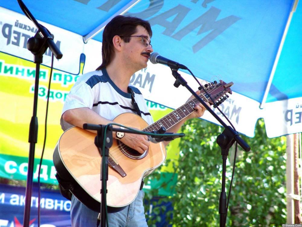 Виктор Третьяков с гитарой на сцене Ильменского фестиваля