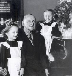 Александр Вертинский с доченьками